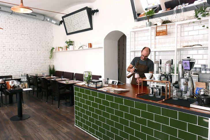 Bistro Restaurant Roots Getränkzubereitung (c) STADTBEKANNT Wetter-Nohl