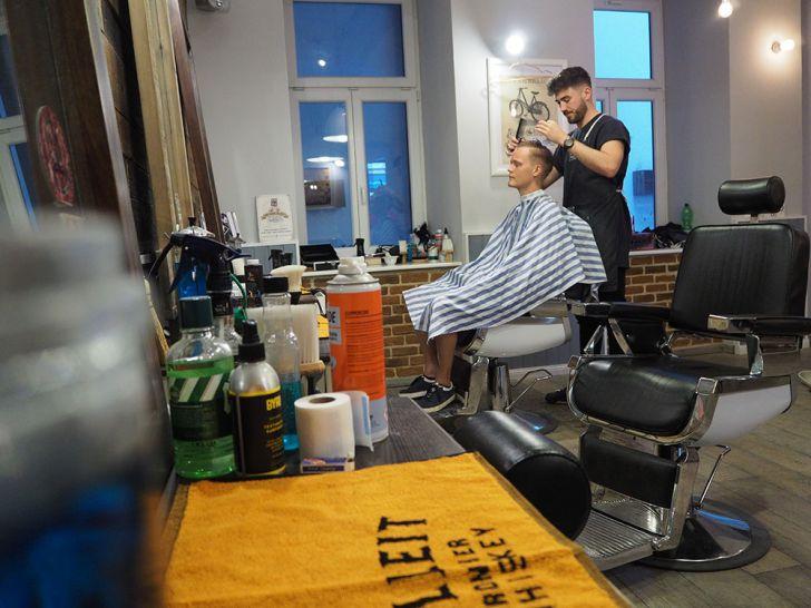 Brothers Barbershop Wien Schneiden Tresen (c) STADTBEKANNT Pitzer