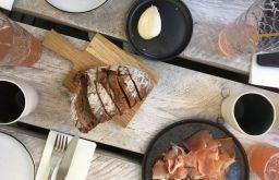 MAST Tisch Brot Speck (c) STADTBEKANNT
