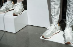 Schuhe weiße Sneakers (c) STADTBEKANNT