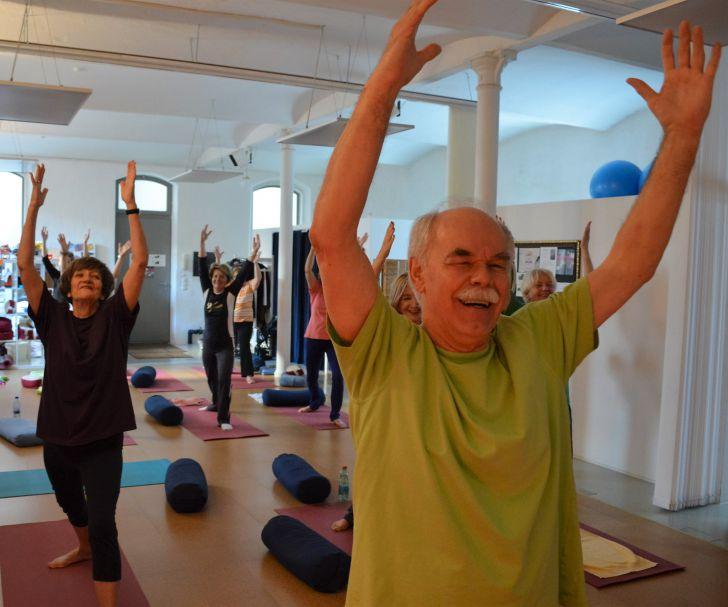 Yoga Senioren (c) Amazing Yoga