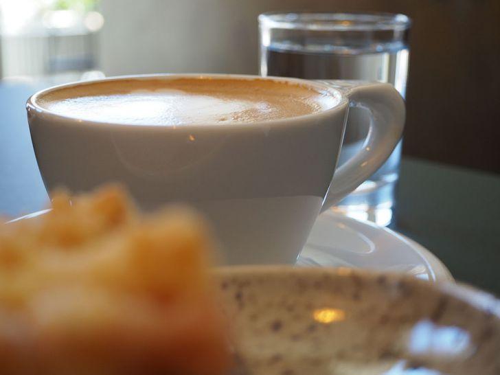 GOTA Coffee Experts Rhabarbakuchen und Cappuccino (c) STADTBEKANNT Pitzer