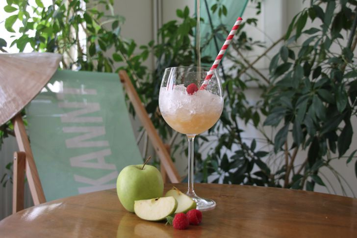 Sommerdrink Apfel Himbeere Glas (c) STADTBEKANNT