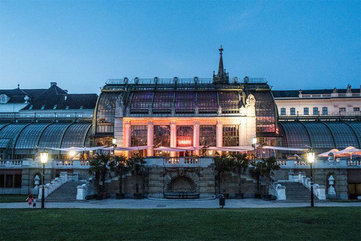 Burggarten Palmenhaus Abend (c) STADTBEKANNT