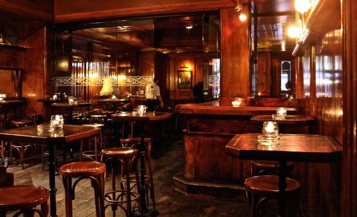 Kruger's American Bar Tische Bar (c) STADTBEKANNT