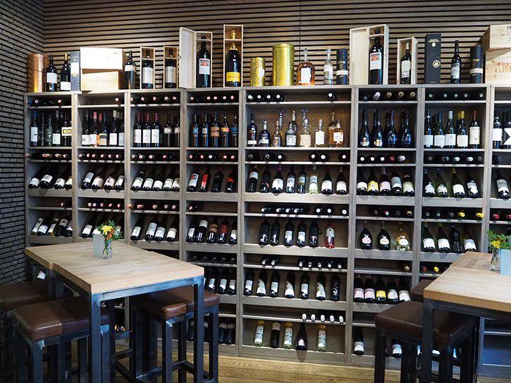 Weinbar9 Weine Tische (c) STADTBEKANNT Pitzer