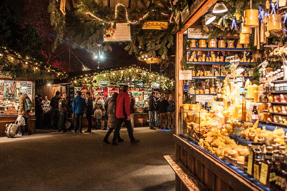 Wiener Christkindlmarkt Rathausplatz Standl (c) STADTBEKANNT