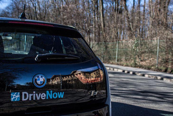 Spiegelung Auto BMW (c) STADTBEKANNT