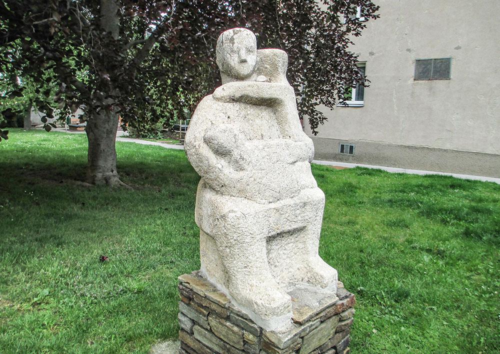 Mutter mit Kind von Hilde Uray (c) STADTBEKANNT Preindl
